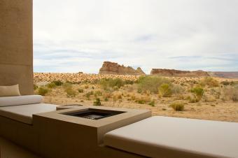 https://cf.ltkcdn.net/garden/images/slide/178705-850x565-southwest-outdoor-fireplace.jpg