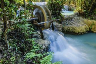 https://cf.ltkcdn.net/garden/images/slide/178721-850x565-Water-Wheel.jpg