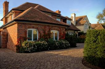 https://cf.ltkcdn.net/garden/images/slide/178888-850x565-brick-paver-driveway.jpg