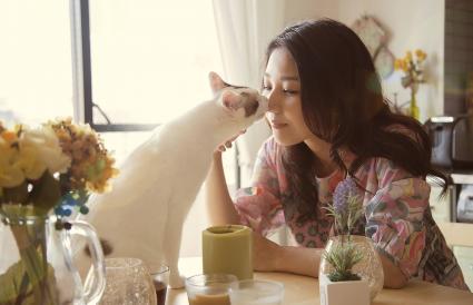 Besos de mujeres y gatos