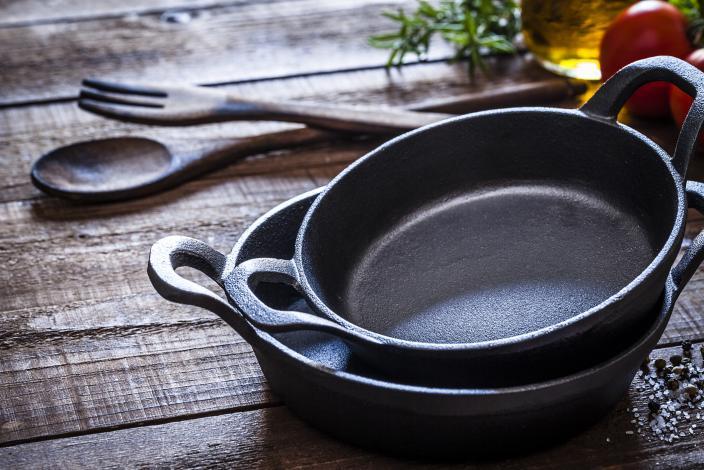 https://cf.ltkcdn.net/gourmet/images/slide/229931-704x470-Cast-iron-pans.jpg