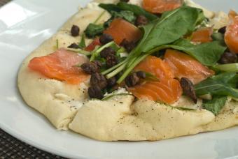 https://cf.ltkcdn.net/gourmet/images/slide/108052-847x567-salmonpizza.jpg
