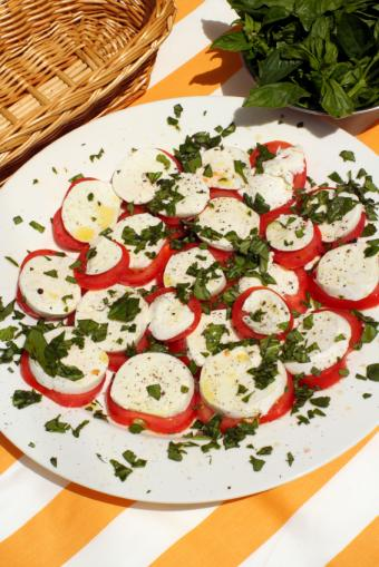 https://cf.ltkcdn.net/gourmet/images/slide/108099-566x848-TomatoSalad.jpg