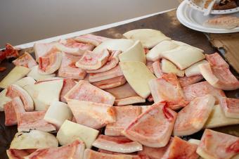 https://cf.ltkcdn.net/gourmet/images/slide/191278-850x566-Muktuk-on-table.jpg