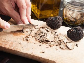 https://cf.ltkcdn.net/gourmet/images/slide/219936-850x637-truffles.jpg
