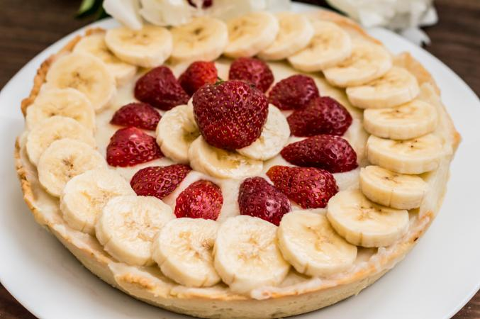 Tart with strawberries, bananas and whipped cream