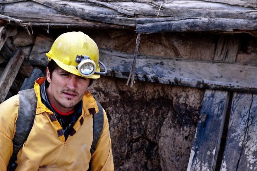 https://cf.ltkcdn.net/greenliving/images/slide/131150-850x565r1-miner-at-work.jpg