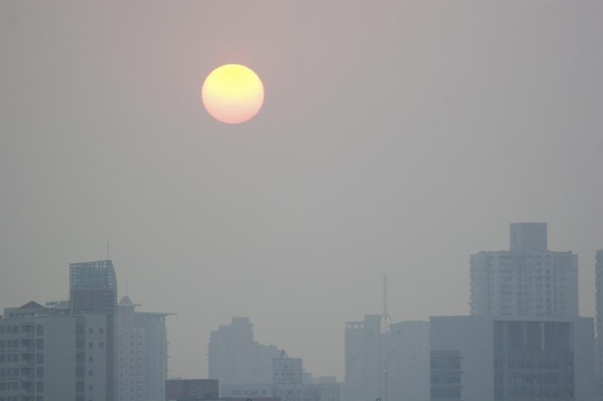 https://cf.ltkcdn.net/greenliving/images/slide/144147-850x565r1-sunset-over-beijing-china.jpg