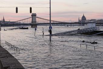 https://cf.ltkcdn.net/greenliving/images/slide/175289-849x566-Flooded-city-TS-new.jpg