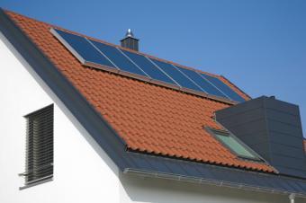 https://cf.ltkcdn.net/greenliving/images/slide/88400-849x565-solar_construction.jpg