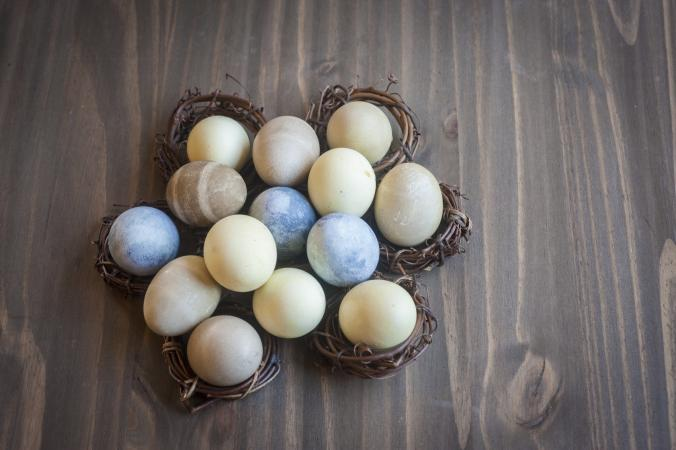 dying eggs naturally