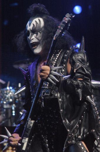 https://cf.ltkcdn.net/guitar/images/slide/55483-398x600-Gene-Simmons-in-concert.jpg