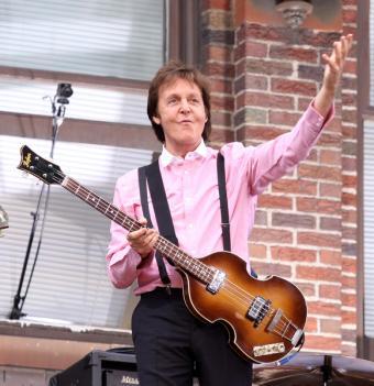 https://cf.ltkcdn.net/guitar/images/slide/55486-581x600-Paul-McCartney-and-bass.jpg