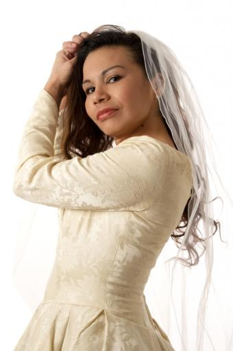 https://cf.ltkcdn.net/hair/images/slide/128877-565x850r1-Canadian-Bride.JPG