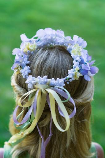 https://cf.ltkcdn.net/hair/images/slide/169480-566x848-flower-wreath.jpg