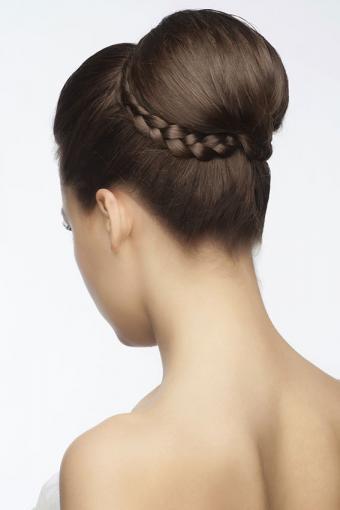 https://cf.ltkcdn.net/hair/images/slide/189075-567x850-bun-with-braid-circelet.jpg