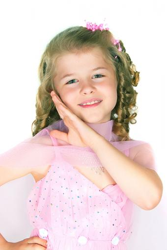 https://cf.ltkcdn.net/hair/images/slide/189078-567x850-ringlets-on-pageant-girl.jpg