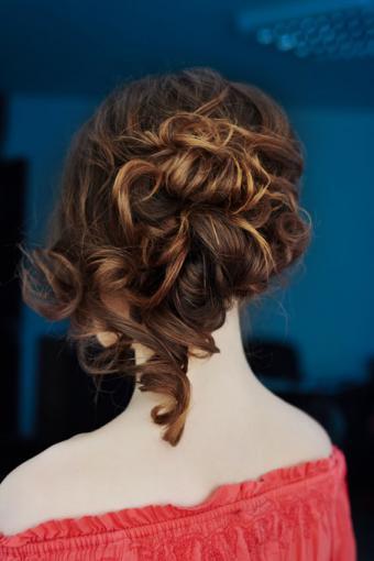 https://cf.ltkcdn.net/hair/images/slide/189081-567x850-ringlet-and-hair-bun.jpg