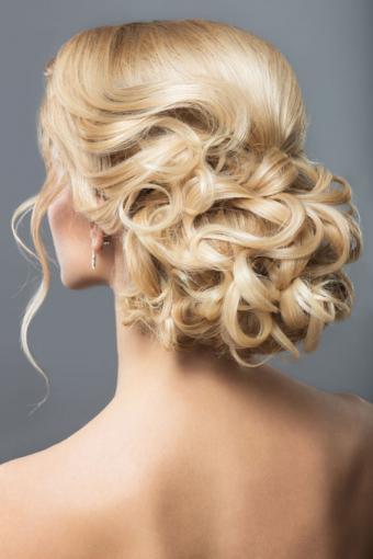 https://cf.ltkcdn.net/hair/images/slide/189084-567x850-curls-in-back-hairstyle.jpg