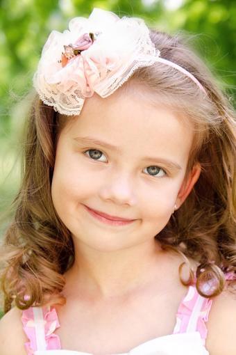 https://cf.ltkcdn.net/hair/images/slide/189086-567x850-girl-wearing-hair-accessory.jpg
