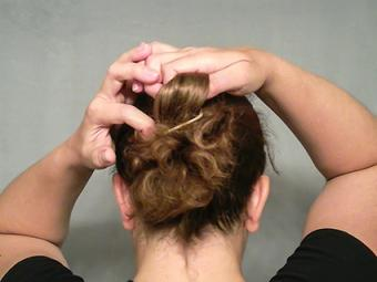 Pulling the hair to form a loop