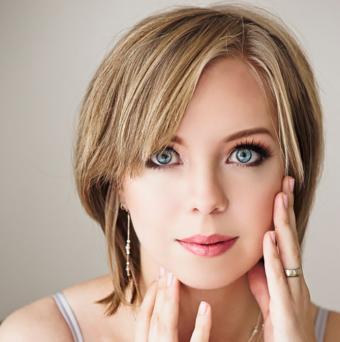 https://cf.ltkcdn.net/hair/images/slide/195660-691x695-Dark-Blonde-with-Light-Blonde-Highlights.jpg