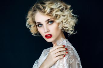 https://cf.ltkcdn.net/hair/images/slide/204394-850x566-blond-short-curls.jpg