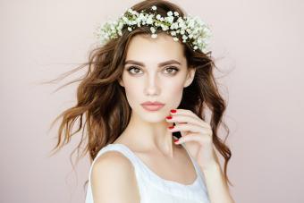 https://cf.ltkcdn.net/hair/images/slide/221998-704x469-Flirty-and-Floral.jpg