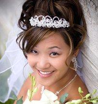 Bride wearing pearl hair piece and veil