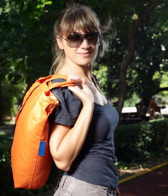 https://cf.ltkcdn.net/handbags/images/slide/126338-565x657r1-orange-tote8.jpg