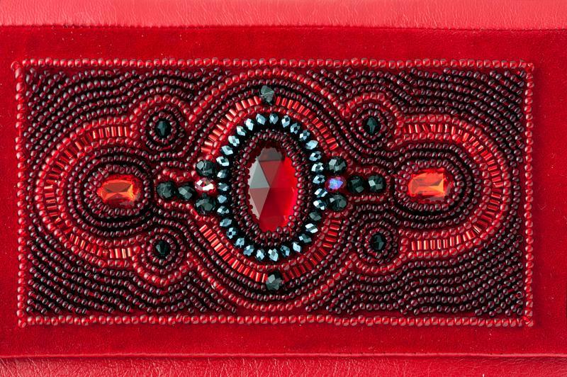 https://cf.ltkcdn.net/handbags/images/slide/174173-800x532-red-and-black-slide.jpg