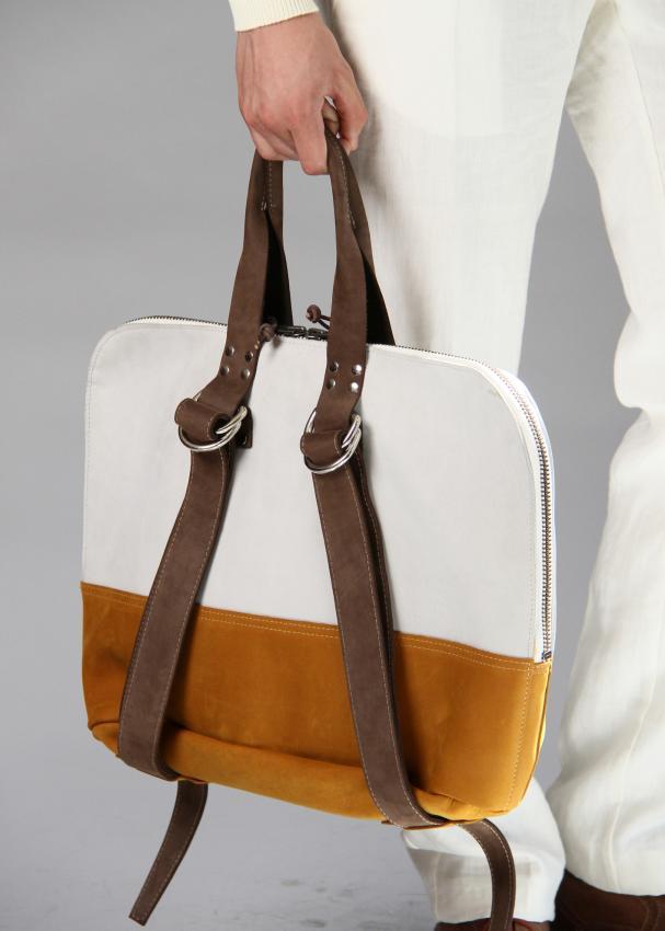 https://cf.ltkcdn.net/handbags/images/slide/207414-607x850-manpurse1_a.jpg