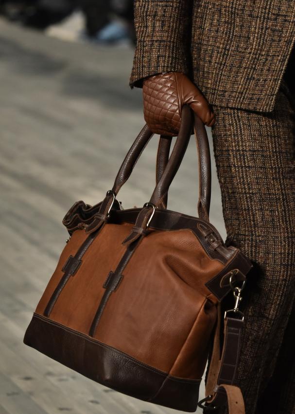 https://cf.ltkcdn.net/handbags/images/slide/207428-607x850-manpurse4a_shopper.jpg