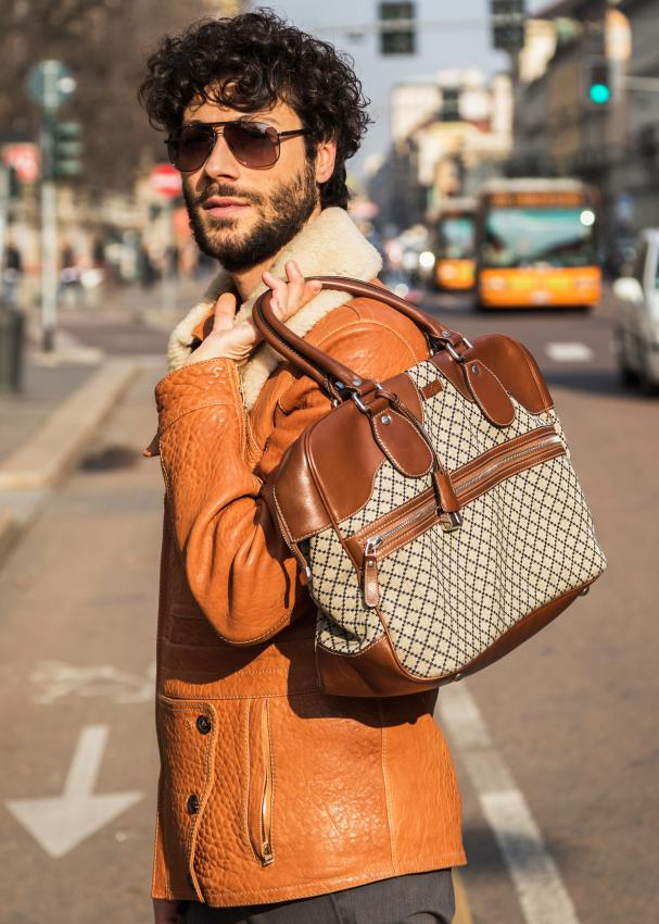 https://cf.ltkcdn.net/handbags/images/slide/207433-607x850-manpurse_style.jpg