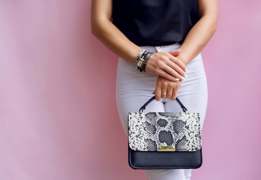 https://cf.ltkcdn.net/handbags/images/slide/250429-850x586-3_Snakeprint_Bag.jpg