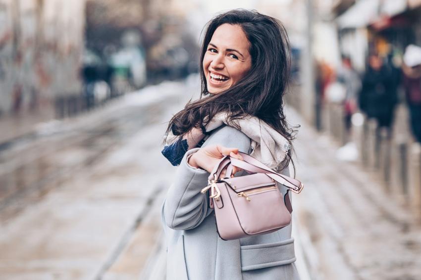 https://cf.ltkcdn.net/handbags/images/slide/250458-850x566-29_Pink_Handbag_Winter.jpg