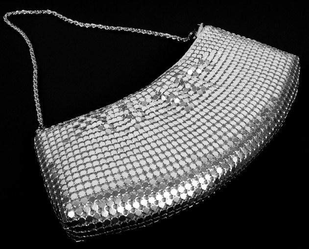 https://cf.ltkcdn.net/handbags/images/slide/38701-631x509-Silver-Clutch.jpg
