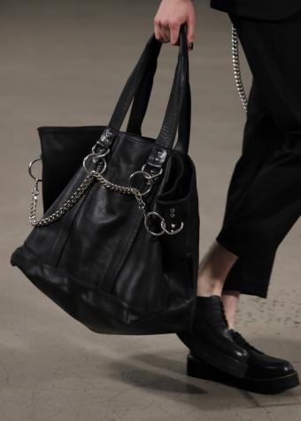 https://cf.ltkcdn.net/handbags/images/slide/207424-607x850-manpurse9_shoulder.jpg
