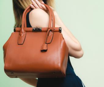 https://cf.ltkcdn.net/handbags/images/slide/226106-850x711-brownleatherbag.jpg