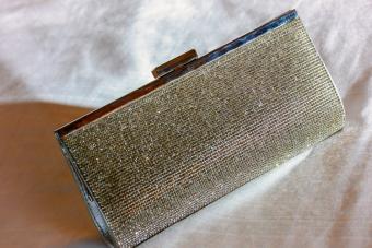 https://cf.ltkcdn.net/handbags/images/slide/250440-850x567-14_Metallic_Gold_Bag.jpg