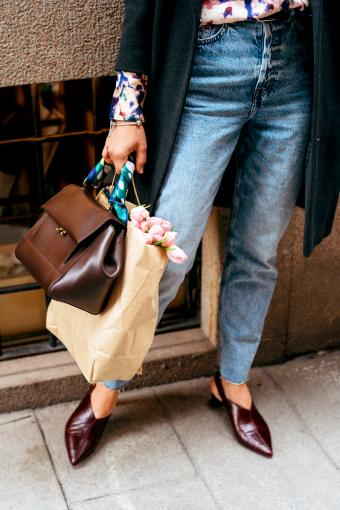 Woman carrying an espresso brown handbag