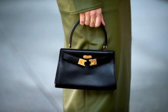https://cf.ltkcdn.net/handbags/images/slide/271617-850x567-tory-burch-black-bag.jpg