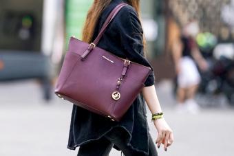 https://cf.ltkcdn.net/handbags/images/slide/271628-600x400-michael-kors-purple-bag.jpg