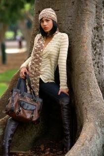 model with two toned handbag