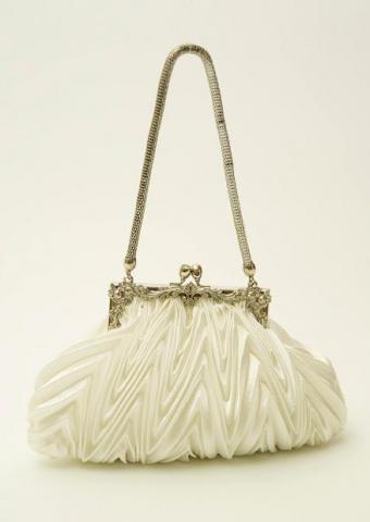 https://cf.ltkcdn.net/handbags/images/slide/38696-438x618-White-Cloth-Purse.jpg
