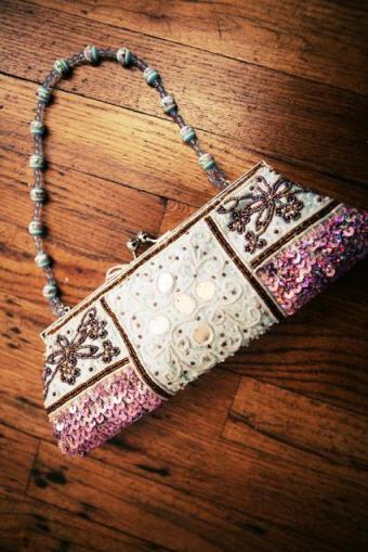 https://cf.ltkcdn.net/handbags/images/slide/38698-425x636-Pink-and-White-Beaded.jpg