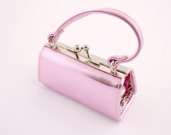https://cf.ltkcdn.net/handbags/images/slide/38700-586x462-Pink-Clutch119.jpg