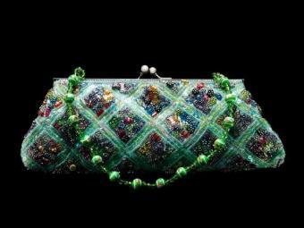 https://cf.ltkcdn.net/handbags/images/slide/38702-600x450-sparklingclutch.jpg