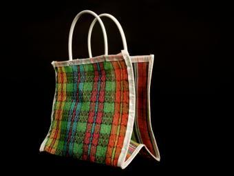 https://cf.ltkcdn.net/handbags/images/slide/38732-800x600-Beach-bag-6.jpg