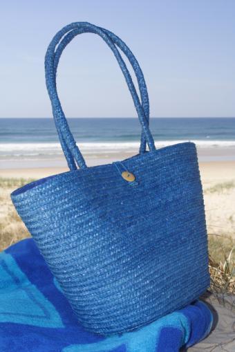 https://cf.ltkcdn.net/handbags/images/slide/38737-566x848-Beach-bag-2.jpg